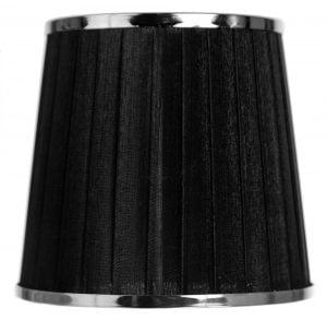 Musta kruunuvarjostin jonka materiaalina on organza. Varjostimessa on metallinen koriste molemmissa reunoissa, sen väri on kromi.
