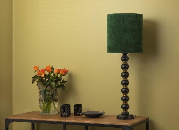 Metallinen lampunjalka jonka pääväri on musta. Jalan toinen väri on antiikki messinki. Sylinterin mallinen varjostin on vihreä.