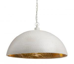 Riippuva kattovalaisin. Valaisin on metallinen ja sen väri on valkoinen. Valaisimen sisäpuolen väri on kulta.