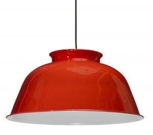 Riippuva kattovalaisin. Valaisin on metallinen ja sen väri on punainen. Valaisimen sisäpuolen väri on valkoinen.